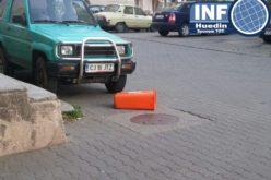 FOTO – Trei derbedei au rupt mai multe coșuri de gunoi pe strada Republicii