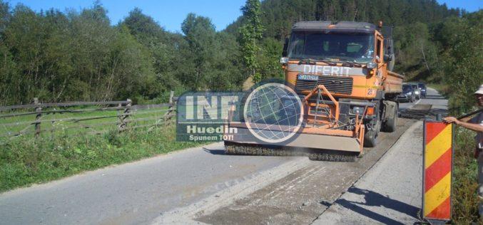 FOTO – Drumul județean care duce spre Barajul Drăgan a intrat în reabilitare