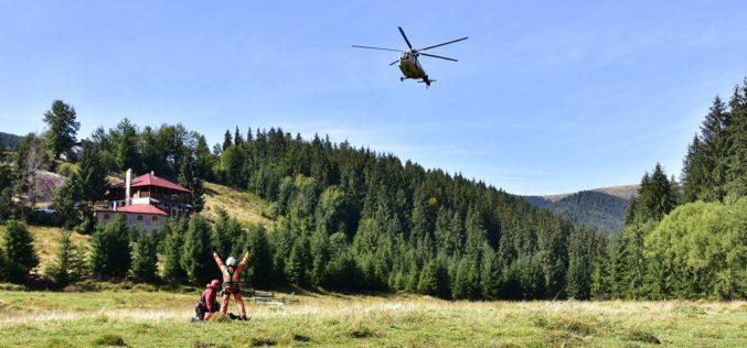 FOTO – Salvamontiștii clujeni se perfecționează în domeniul salvărilor de victime cu elicopterul