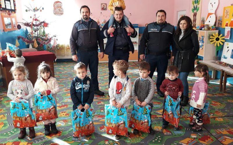 FOTO – Polițiștii din Beliș au cumpărat, din banii lor, cadouri pentru copii