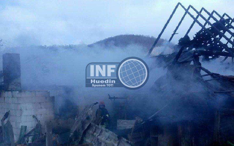 FOTO – Casă distrusă de foc la Bologa