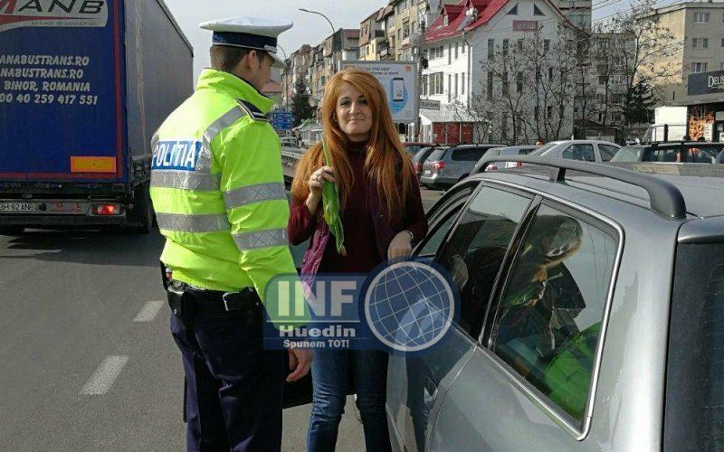 FOTO – De 8 Martie, șoferițele au primit flori de la rutieriștii din Huedin