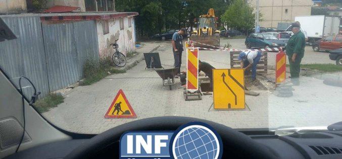 """FOTO – """"Dorel"""" a început lucrările la canalul de pe strada Republicii. Muncitorii au blocat strada cu indicatoare"""