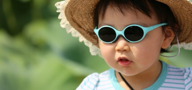 Ce spun medicii despre ochelarii de soare purtați de copii și bebeluși