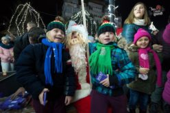 FOTO – Odată cu aprinderea luminilor de Crăciun, peste Huedin s-a așternut spiritul de sărbătoare. Să ne mândrim cu orașul!