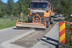 FOTO – Lucrări de întreținere pe drumul județean dintre Valea Drăganului și Baraj Drăgan