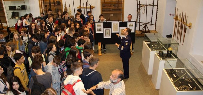 """FOTO – Proiectul naţional """"Cunoaşte şi protejează patrimoniul cultural naţional"""" a ajuns la final. Elevii au fost și la muzeul de la Ciucea"""