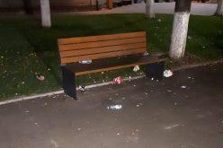 FOTO – Parcul din fața Primăriei Huedin, după o șuetă a rromilor. Autoritățile dorm când alții își bat joc de oraș