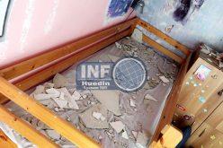 FOTO – INCIDENT într-un bloc ANL. O parte dintr-un tavan a căzut peste doi copii