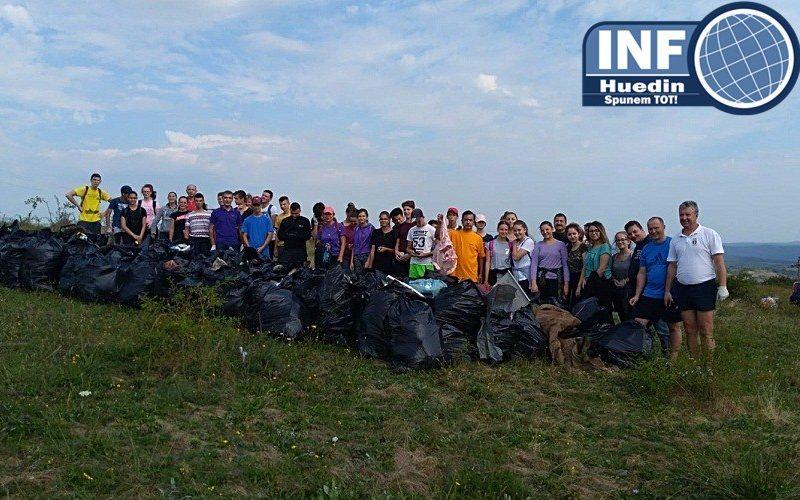 """FOTO – """"Let's Do it Romania!"""", la Huedin. Voluntarii au strâns o cantitate uriașă de gunoaie"""