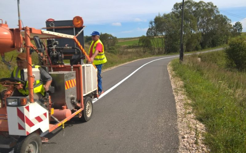 Lucrări de marcaje rutiere pe mai multe drumuri județene