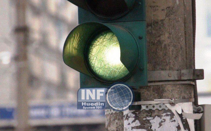 VIDEO – Începe montarea sistemului de semaforizare în Huedin. Cât durează lucrările