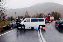 FOTO – Coliziune între un microbuz și un autoturism la Bucea, 4 oameni răniți