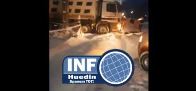 """VIDEO – Drumari prinși și filmați în timp ce fentau deszăpezirea la Lunca Vișagului: """"Uitați-vă unde e parcat ca să facă economie"""""""